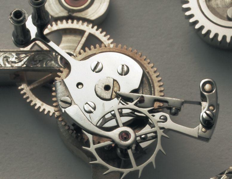 Пружина покоя или ходовая пружина, которую Вильгельм Рибер использует в качестве стопора анкера. ее длина — 6,6 мм