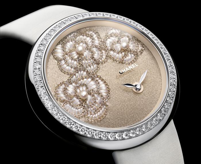 Chanel Mademoiselle Prive сциферблатом, вручнуюрасшитымшелковыми иметаллизированныминитями ижемчугом